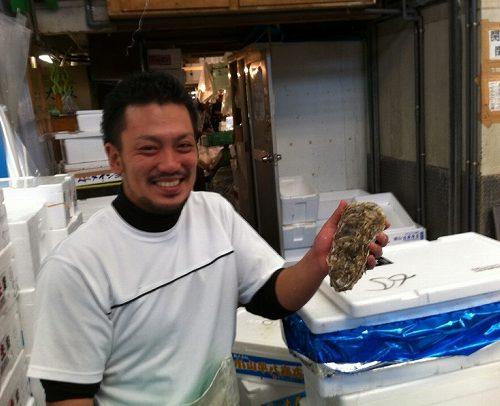 牡蠣の仕入の際のスタッフの方。笑顔がいいです!