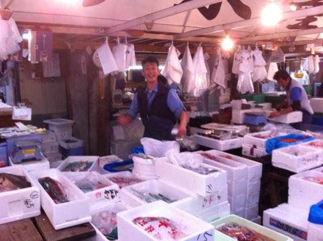ミトラの新鮮なる魚を選ぶ際、色んな方の話を聞きながら厳選してるんです よ!