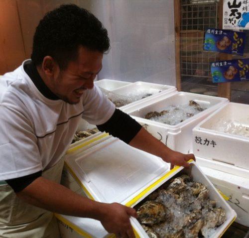 牡蠣の仕入担当の方です(^'^)この方の本日の牡蠣の状況を聞きな がら仕入を厳選してます。